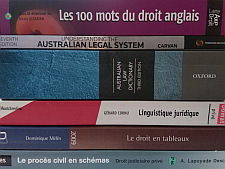 Pile de livres anglais et français utiles pour la traduction juridique